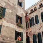 Est-il nécessaire de ravaler la façade de sa maison avant de la repeindre?