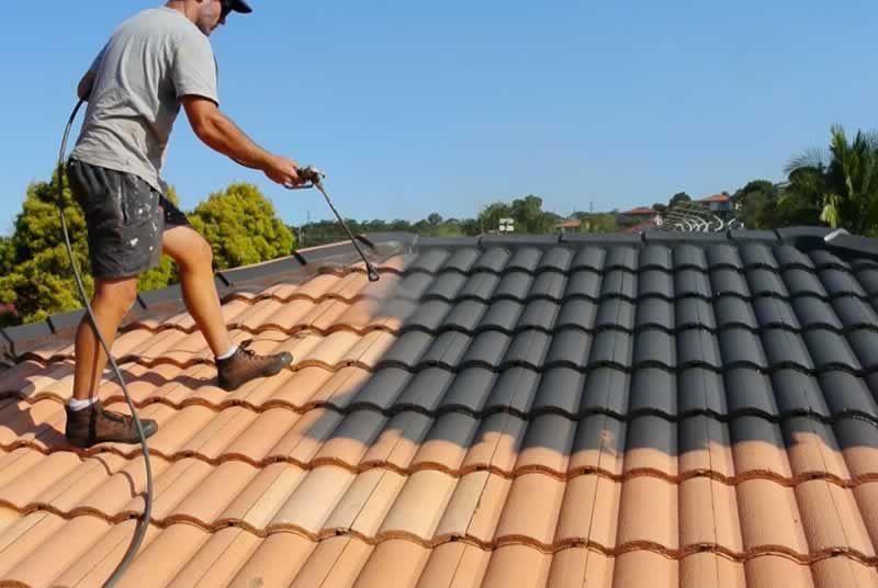 Que faut-il savoir avant de peindre la toiture de sa maison?
